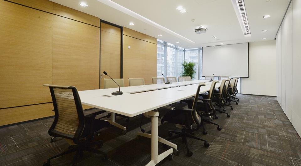 泰和泰律师事务所是亚太地区100强的大型合伙制律师事务所,本案位于高新区棕榈泉国际中心。此次办公室设计重点是希望利用工作环境促进员工与企业之间的关系:设计师结合律师行业本身的独特性质和运作程序,提出了一个适合办公室作息、沟通、生态的办公设计方案。新装修把空间包装起来,创造出一个活泼、有动力、吸引人的环境。